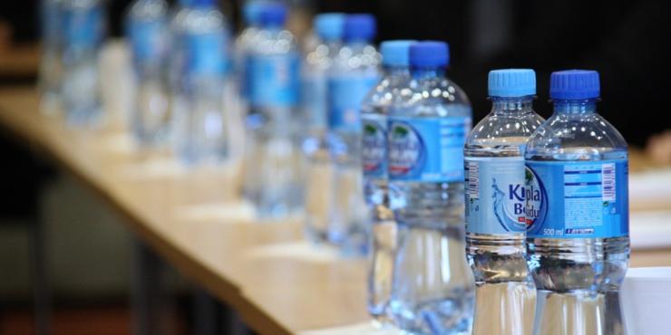 agua-botellas-plastico