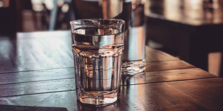 agua-gratis-mesa-restaurante