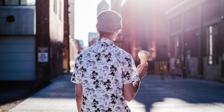 chico con helado en la calle