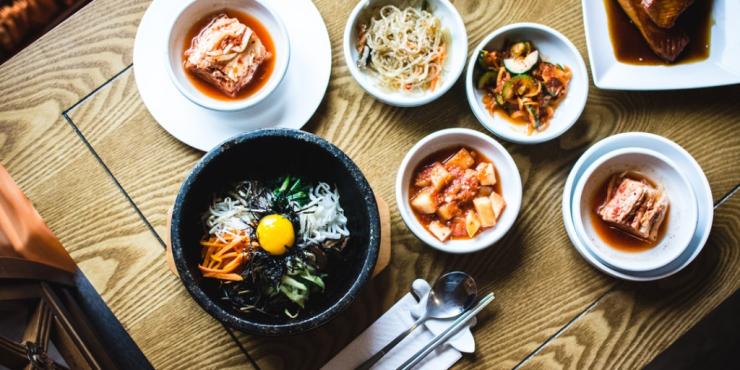 mesa con varios platos y recetas en plano picado